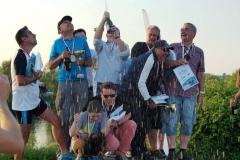 Deszcz szampana i radości dla zwycięzców.