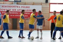 Przywitanie przed meczem - żółte koszulki PKOIA w Bydgoszczy oraz OIA w Łodzi, koszulki niebieskie.